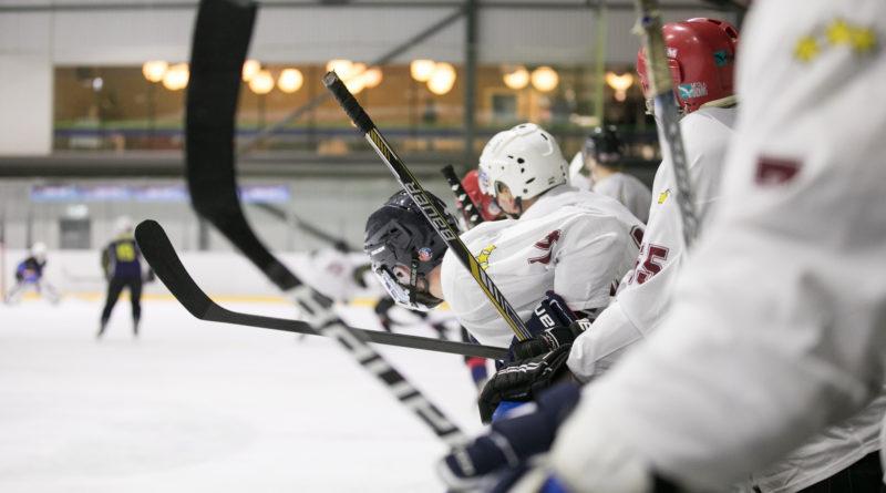 Hokeja laukumā tiekas Saeimas un Valsts policijas komandas