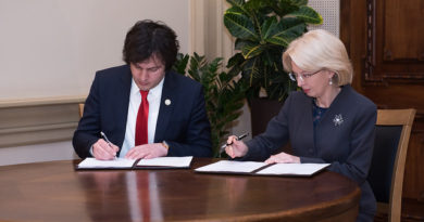 I.Mūrniece un I.Kobahidze paraksta memorandu par Latvijas un Gruzijas stratēģisko partnerību