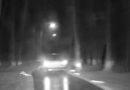 17 gadus vecs jaunietis bēg no likumsargiem un sabojā policijas automašīnu (VIDEO)