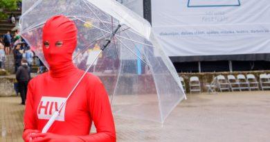 HIV ir visur: vīruss materializējas un kā sarkans cilvēks  iziet Rīgas ielās