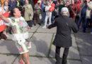 Krievu skolu aizstāvji dzied un dejo pie Raiņa pieminekļa (VIDEO)