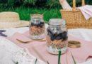 Aukstie griķu salāti burciņā ar bietēm, kūpinātu lasi un diļļu mērcīti piknikam