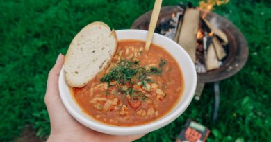 Desiņu zupa ar tomātiem un rīsiem gatavošanai uz uguns