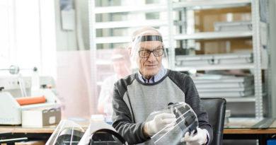 Latvijas uzņēmums sācis sejas aizsargvairogu masveida ražošanu