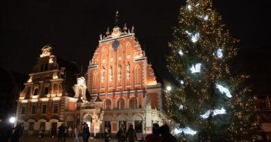Rīgā iededz Ziemassvētku egles un dekoratīvo apgaismojumu
