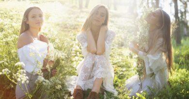 """Meklējot brīnumzemi """"Bimini"""", grupa Radio trio atrod veldzējošo un dziedējošo dabas skaistumu tepat Latvijā"""
