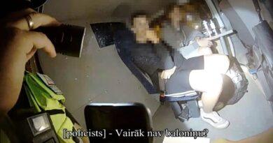 Rīgas pašvaldības policisti pieķer ēkas apķēpātāju