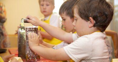 Bērns virtuvē – palīgs vai papildu slogs? 6 padomi, kā iesaistīt bērnus ēst gatavošanā